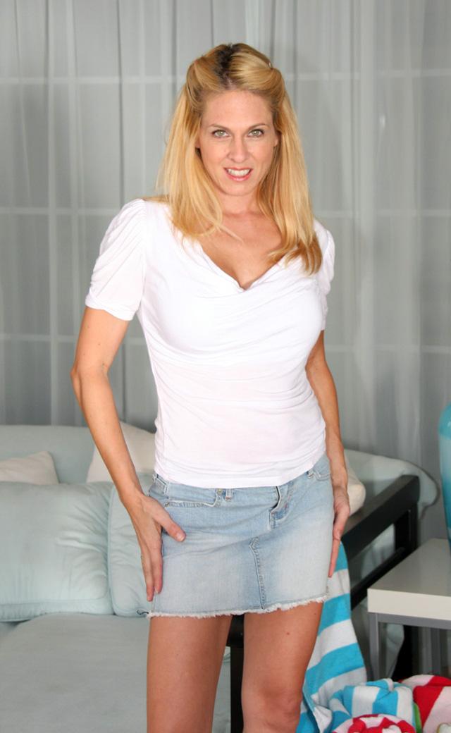 Angela Attison, Milfs y Cougars, el blog del deseo